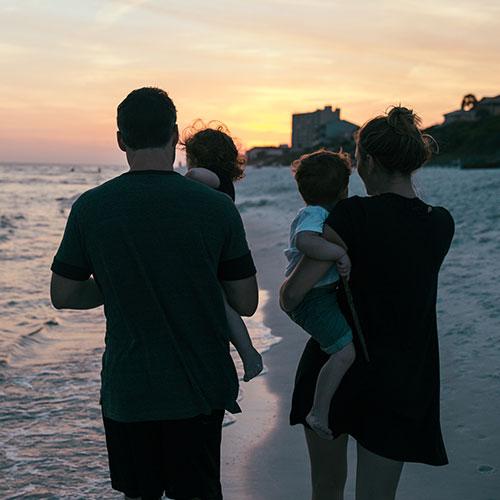 Семейство на плажа по изгрев