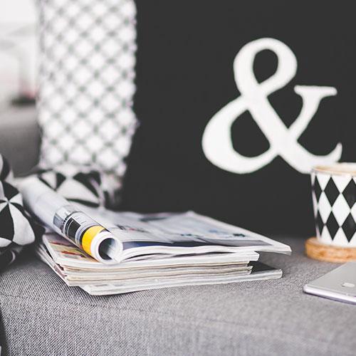 Списания и чаша кафе