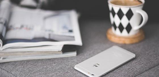 чаша с кафе и мобилен телефон apple